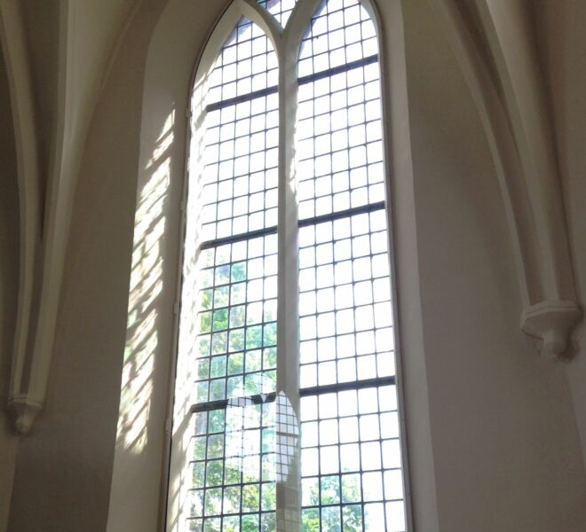 Raam voorzijde kerk